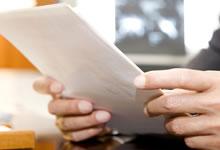 書類を読む人